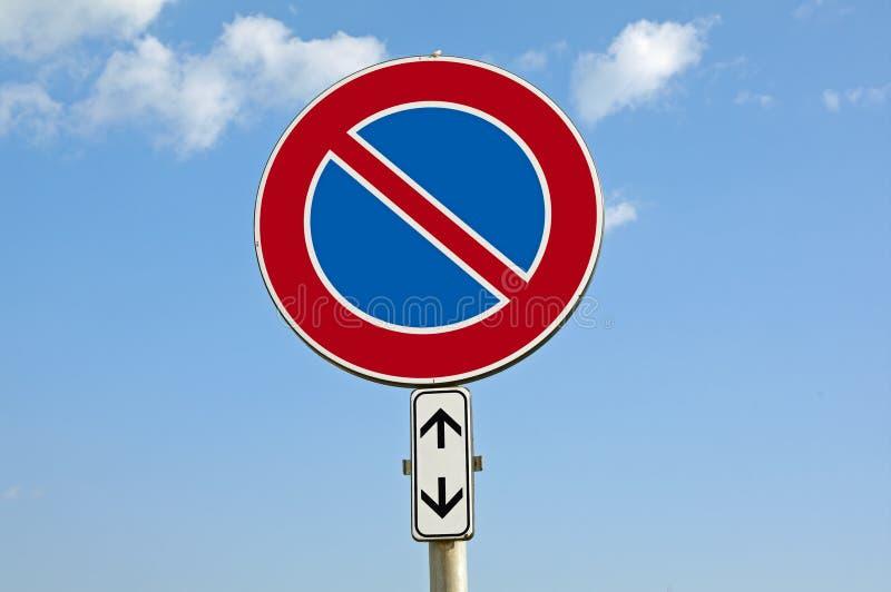 poteau de signalisation le stationnement interdit avec ajoutent le panneau photo stock image. Black Bedroom Furniture Sets. Home Design Ideas