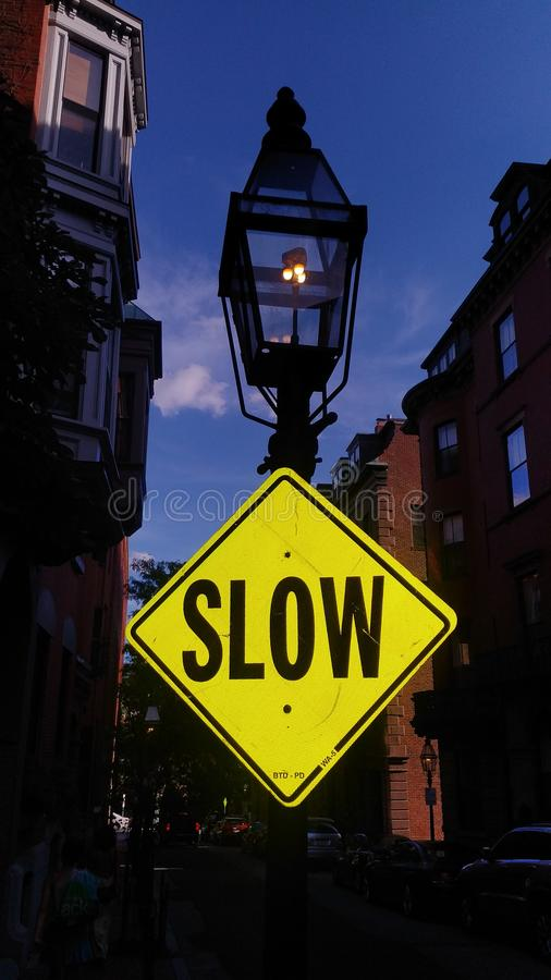 Poteau de signalisation lent de NYC photo libre de droits