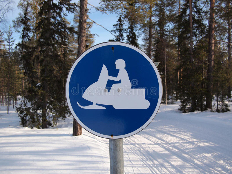 Poteau de signalisation mobile de neige photos stock