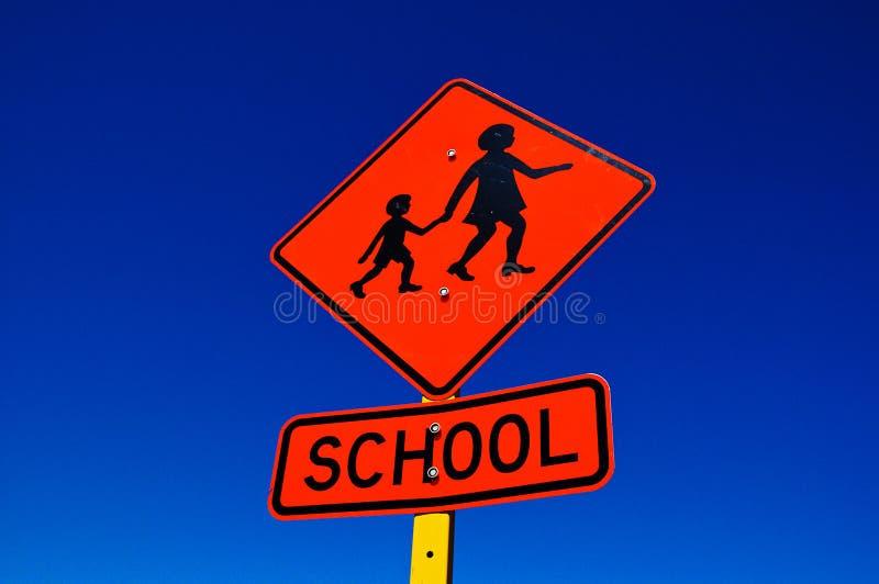 Poteau de signalisation orange d'école photographie stock