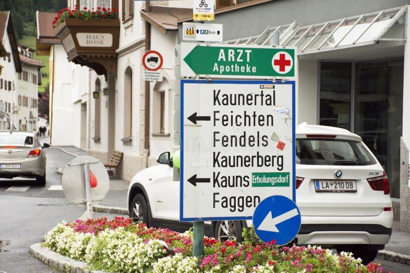 Poteau de signalisation de panneau de guide d'information pour le regard de voyageuses de personnes image stock