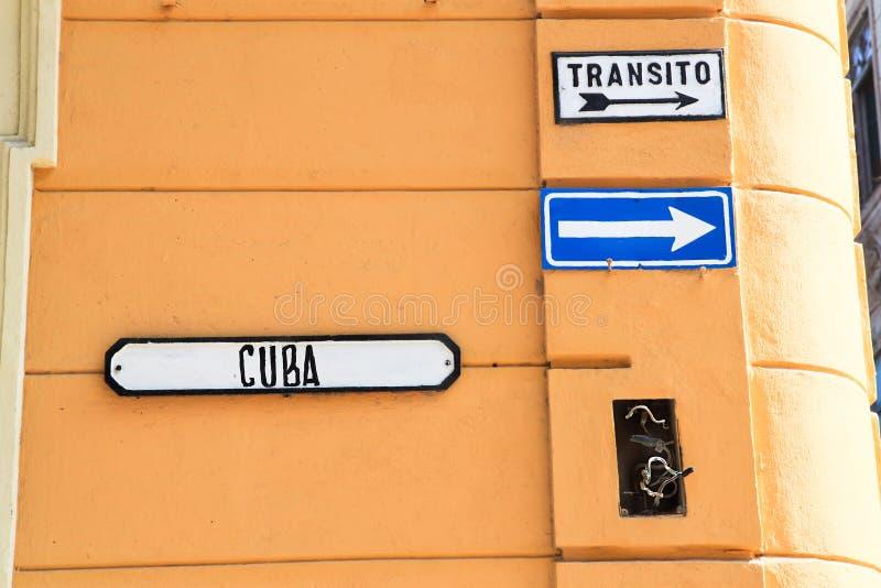 Poteau de signalisation pour la rue à sens unique images stock