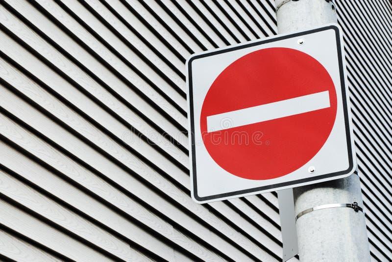 Poteau de signalisation rouge photo stock