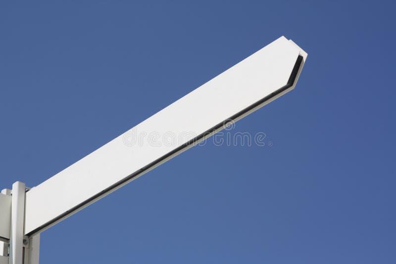 Poteau de signe blanc de flèche photo stock