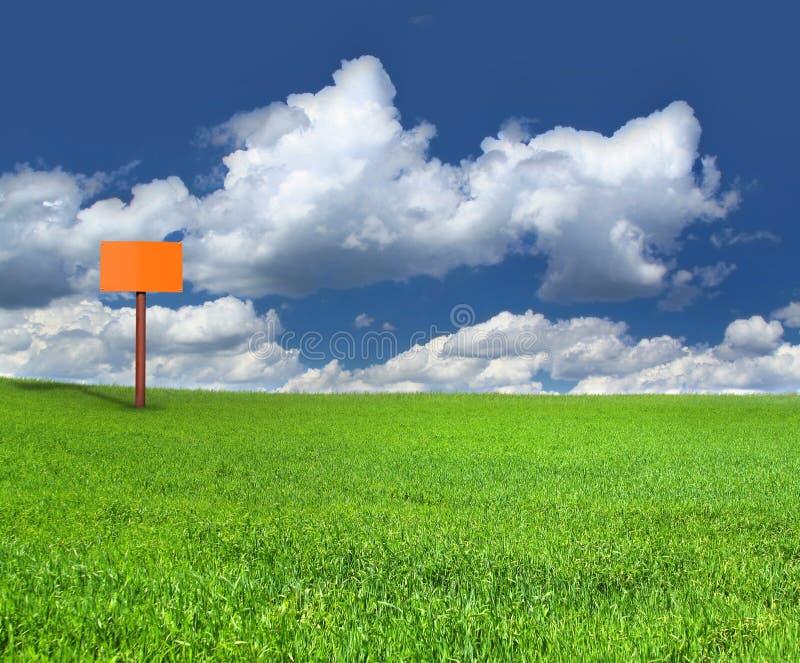 Poteau de signe sur le pré vert photos libres de droits