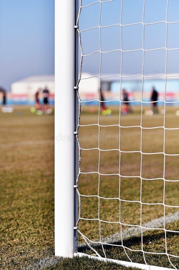 Poteau du football et formation de joueurs images stock