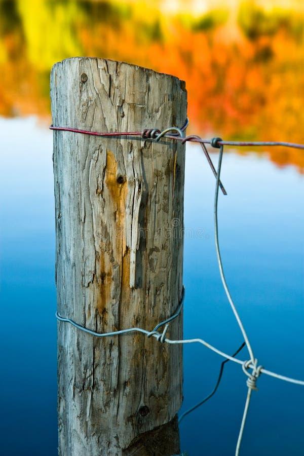 Poteau en bois de frontière de sécurité en automne photographie stock libre de droits