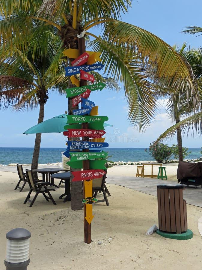 Poteau indicateur avec des directions à voyager destinations photographie stock