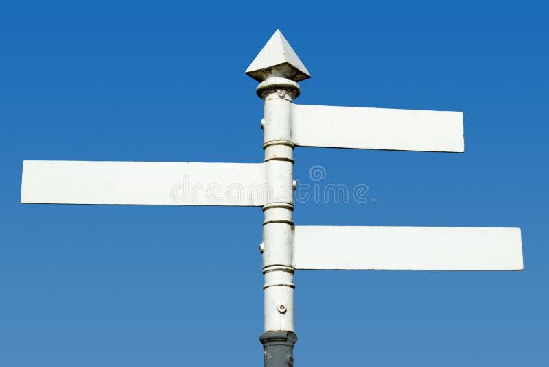 Poteau indicateur blanc démodé de sens de 3 voies. image libre de droits