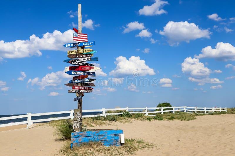 Poteau indicateur de marqueur de mille à la plage de vue d'océan photos stock