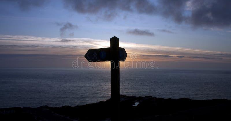 Poteau indicateur de sentier piéton au coucher du soleil images libres de droits
