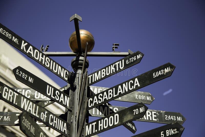 Poteau indicateur des directions aux points de repère du monde dans la place pionnière de tribunal, Portland, Orégon, Etats-Unis images libres de droits