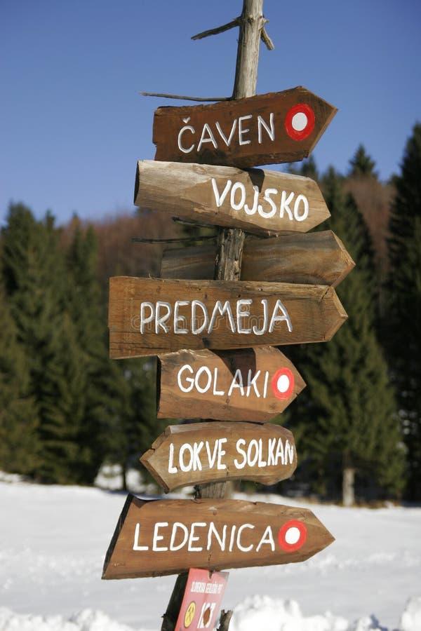 Poteau indicateur en bois images stock
