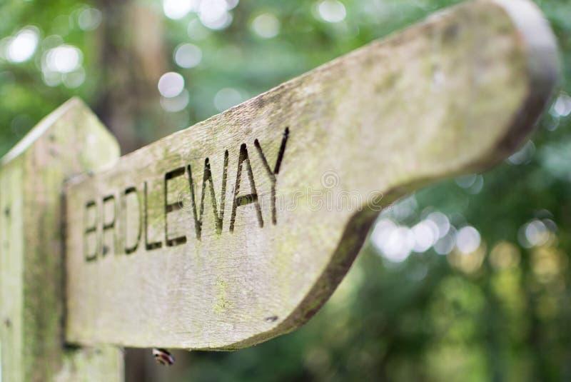 Poteau indicateur en bois de Bridleway dans la campagne anglaise image stock