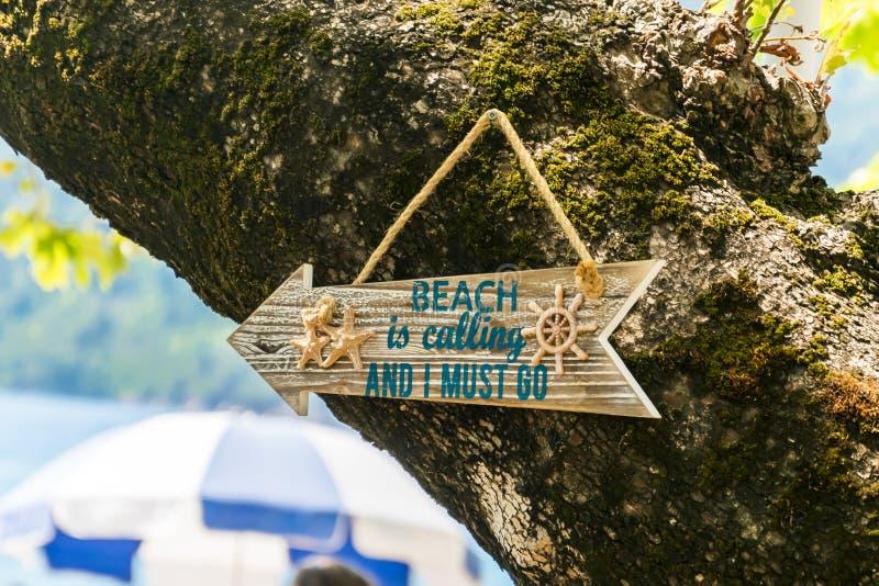 Poteau indicateur en bois de plage avec le texte photos libres de droits