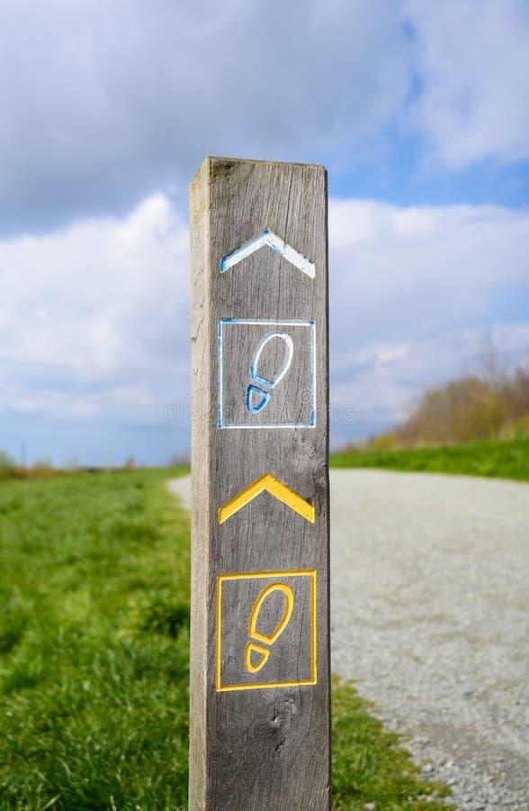 Poteau indicateur en bois pour le passage couvert de sentier pi?ton images stock