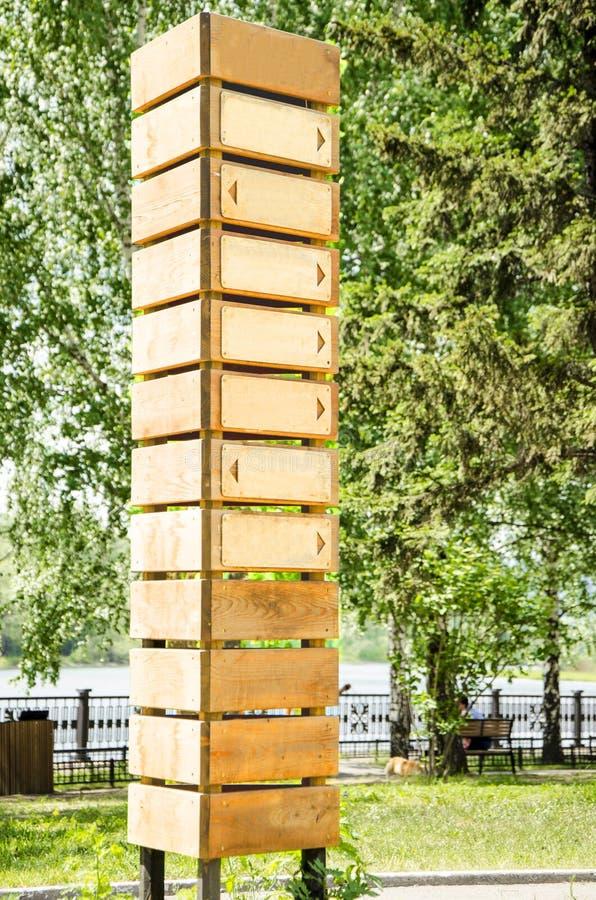 Poteau indicateur en bois vide avec sept flèches photographie stock libre de droits