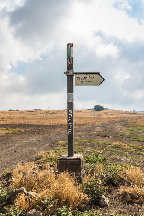 Poteau indicateur indiquant la direction aux roues des spiritueux, Al-Hiri de Rujum, Gilgal Rephaeem sur Golan Heights en Israël image stock