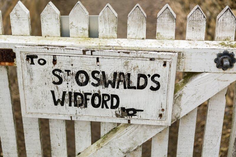 Poteau indicateur pour le sentier piéton à l'église de St Oswalds images libres de droits