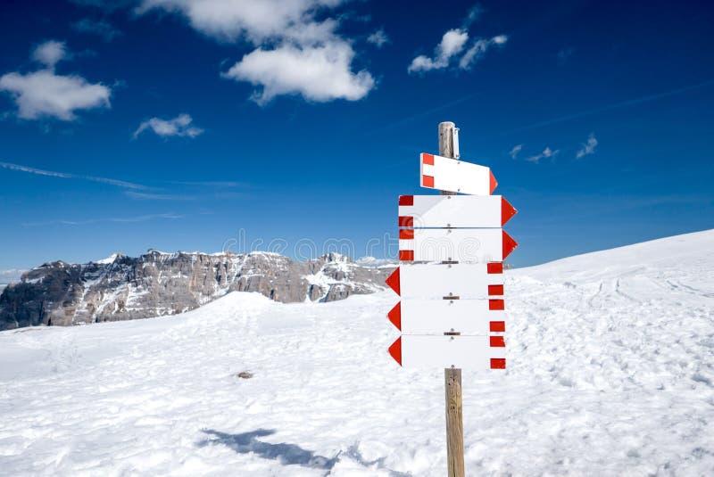 Poteau indicateur vide dans les montagnes neigeuses image stock