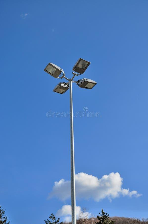 Poteau léger avec le fond de ciel bleu photos stock