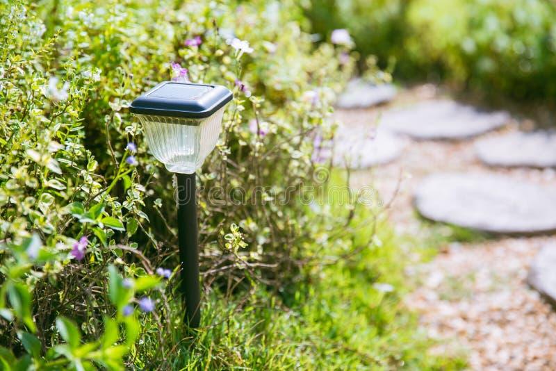 Poteau léger de pile solaire dans le jardin image stock