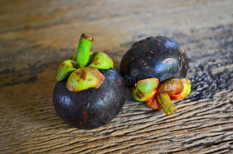Poteau vert de fruit mûr de mangoustan photo stock