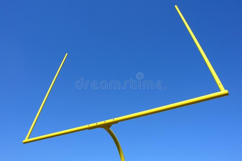 Poteaux de football américain au-dessus de ciel bleu image libre de droits