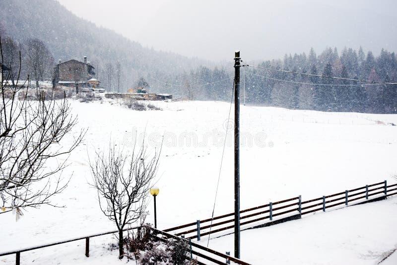 Poteaux de l'électricité, paysage, hiver en montagnes de Dolomiti, dans Cadore, l'Italie images libres de droits