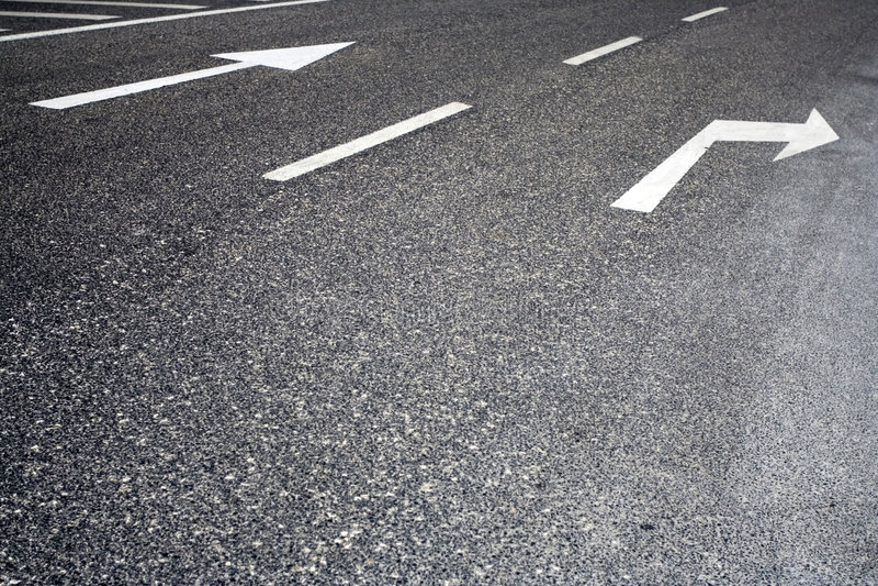Poteaux de signalisation peints dans la route images stock