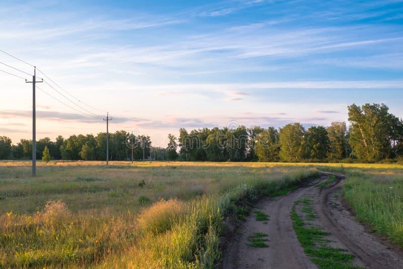 Poteaux de tension dans le village image libre de droits