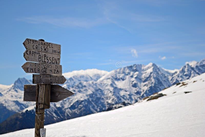 Poteaux indicateurs de montagne photographie stock libre de droits