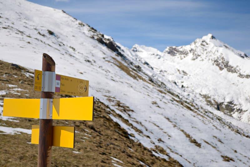 Poteaux indicateurs de montagne photographie stock