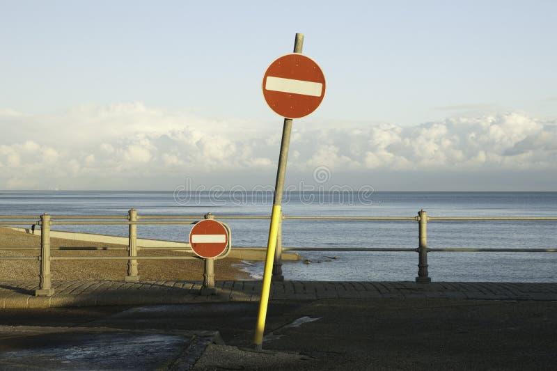 Poteaux indicateurs sans issue de route à une plage photo stock