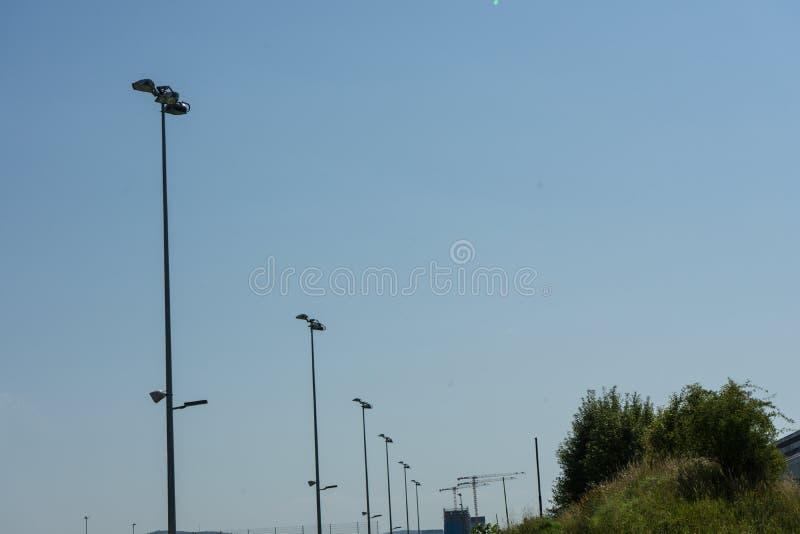 Poteaux légers de stade avec le ciel photographie stock libre de droits