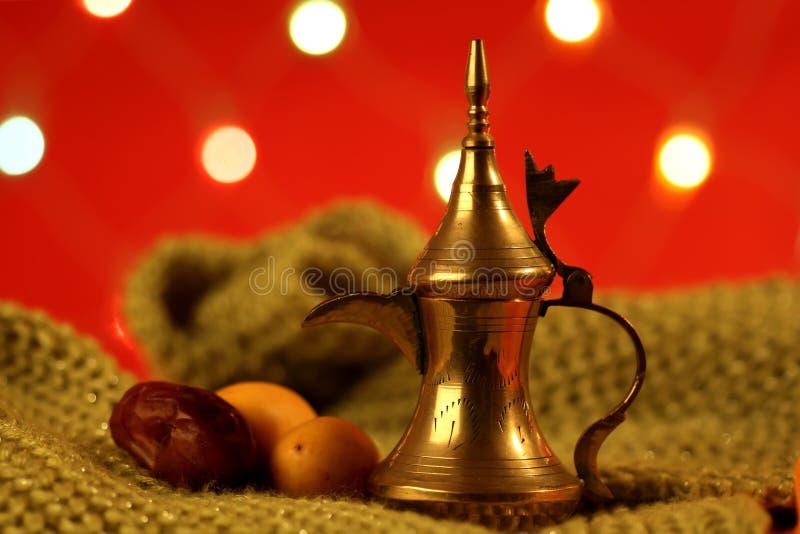Potenciômetro árabe dourado do chá com tâmaras foto de stock
