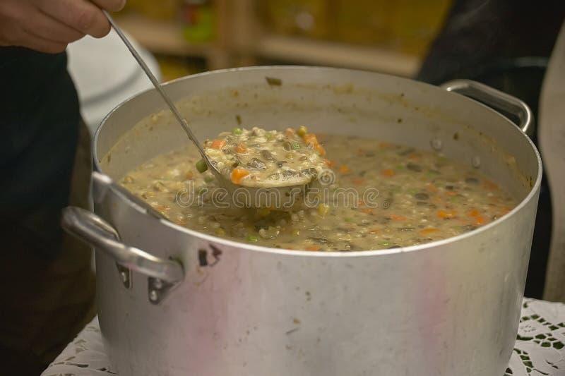 Potenciômetro completamente da sopa vegetal e dos cereais imagem de stock royalty free