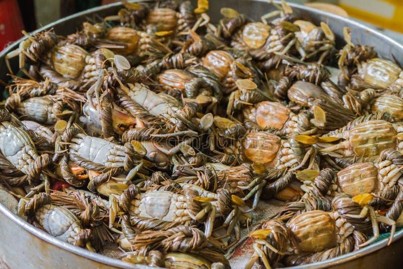 Potenciômetro completamente dos caranguejos imagens de stock royalty free