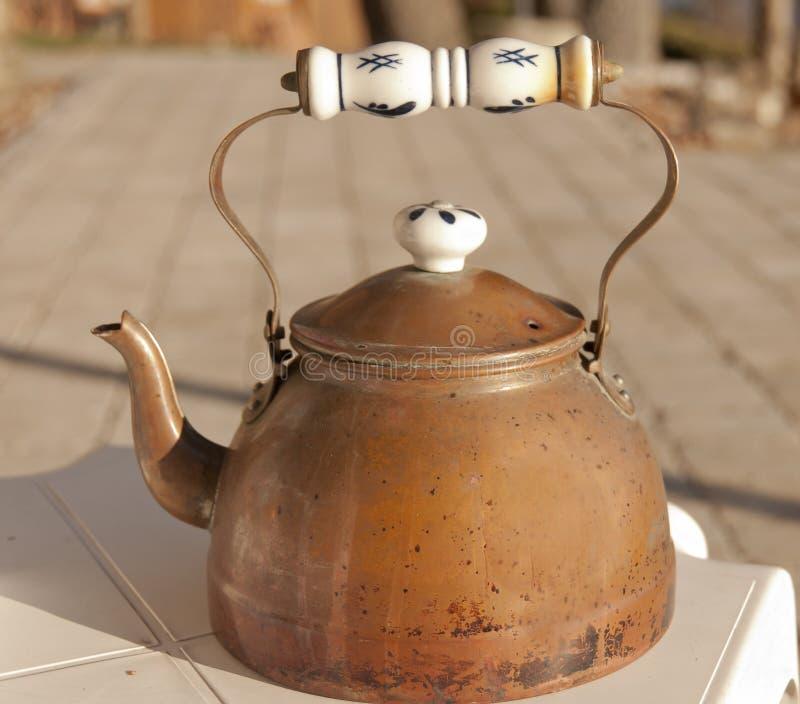 Potenciômetro de cobre do chá foto de stock royalty free