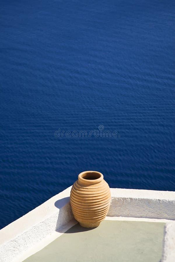 Potenciômetro de flor grego, Santorini, Greece imagem de stock royalty free