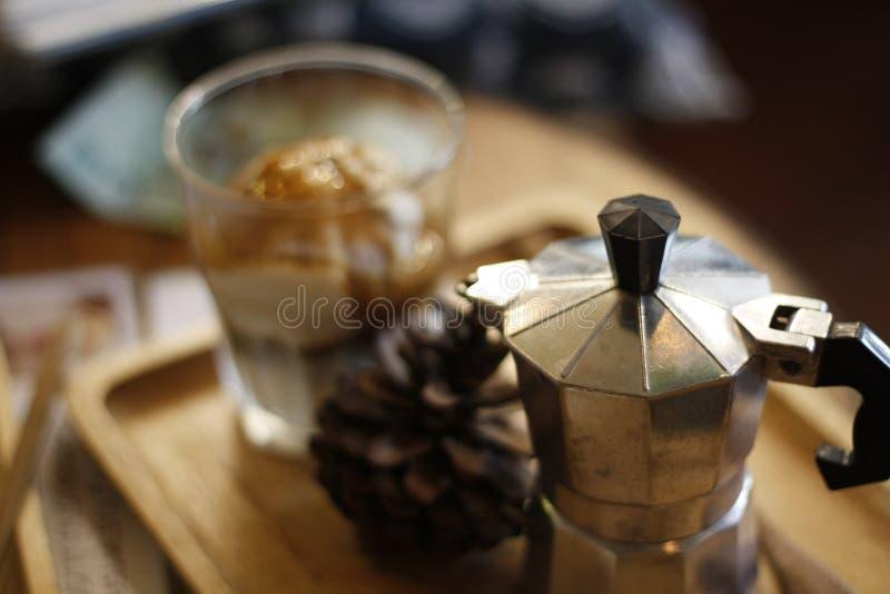 Potenciômetro de Moka em uma bandeja em um café na moda fotografia de stock