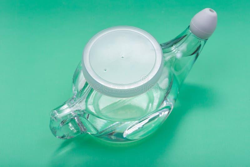 Potenciômetro de Neti com ponta macia do conforto isolado no fundo verde Lavagem da cavidade Irriga??o nasal fotografia de stock