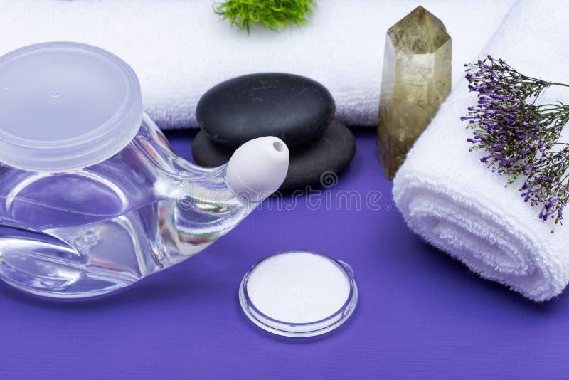 Potenciômetro de Neti, salino, rolado acima das toalhas brancas, das pedras empilhadas do basalto e do ponto citrino lustrado de  imagens de stock
