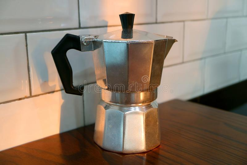 Potenciômetro do café de Moka isolado na tabela de madeira da cozinha imagens de stock