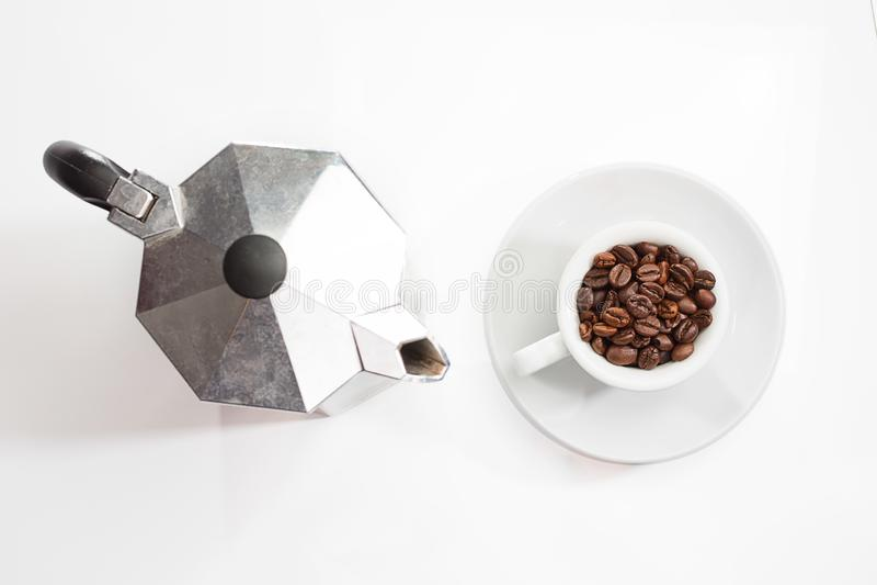 Potenciômetro do café e feijões de café roasted no copo imagens de stock