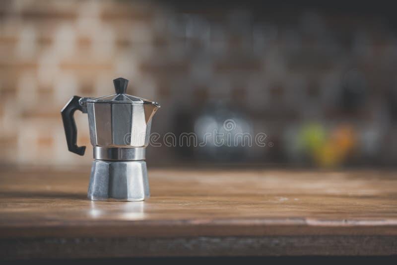 potenciômetro do café na tabela de madeira na cozinha imagem de stock