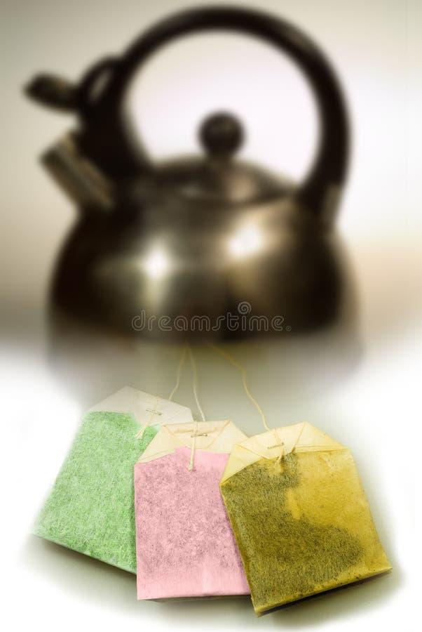 Potenciômetro do chá com sacos Tricolor imagem de stock royalty free