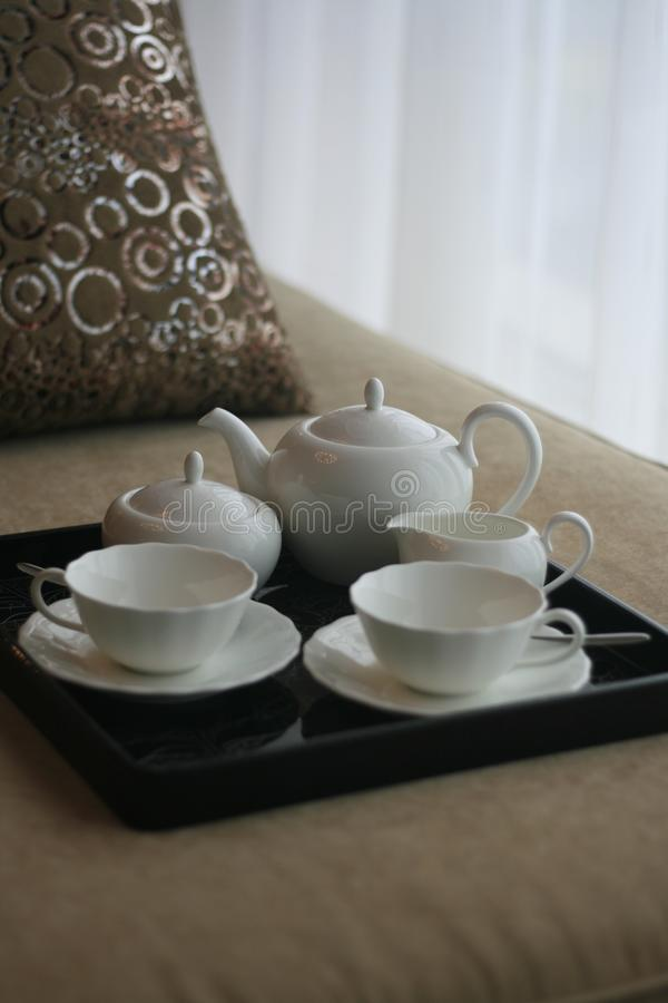 Potenciômetro do chá em uma cama foto de stock royalty free