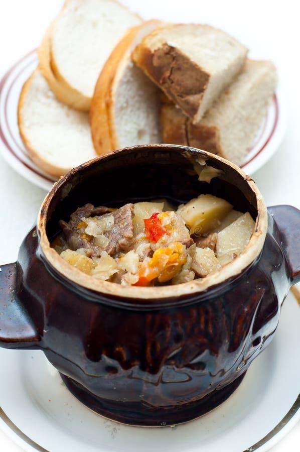 Potenciômetro do Crock completamente da sopa da carne e de batata imagens de stock royalty free