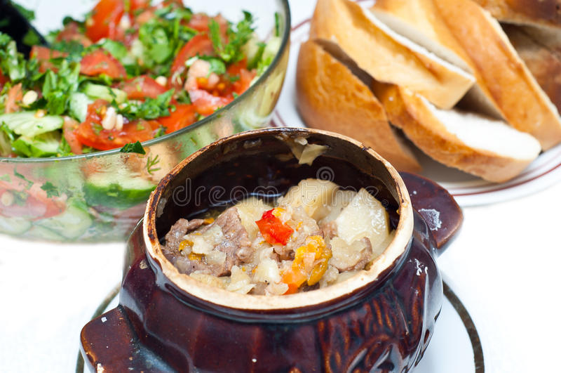 Potenciômetro do Crock completamente da sopa da carne e de batata foto de stock royalty free